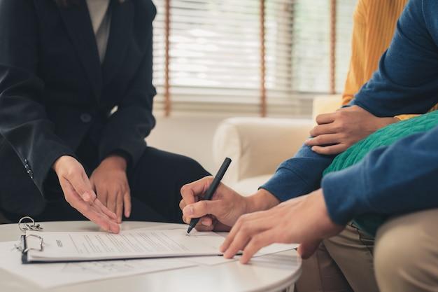 Heureux Jeune Couple Asiatique Et Agent Immobilier Photo gratuit