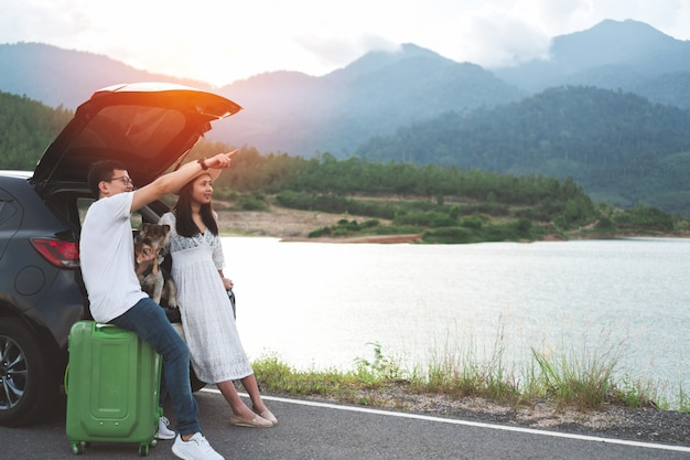 Heureux et jeune couple asiatique, profitant de la vie voyage avec des animaux domestiques. Photo Premium