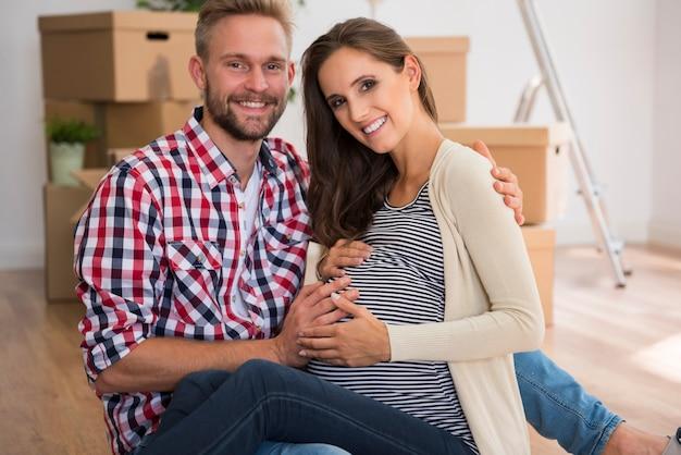 Heureux Jeune Couple Attend Leur Premier Enfant Photo gratuit