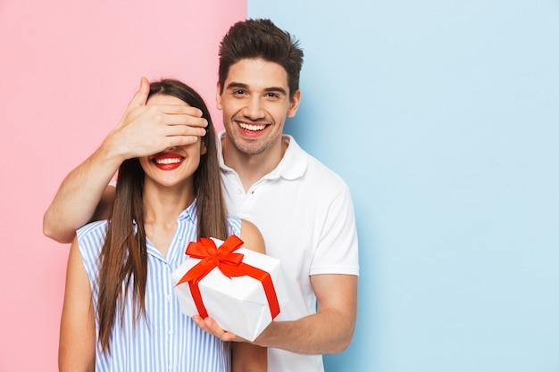 Heureux Jeune Couple Debout Isolé Photo Premium