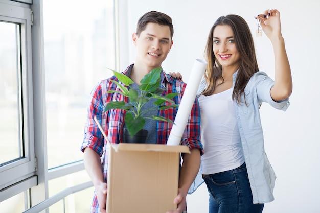 Heureux Jeune Couple Emménagé Dans Une Nouvelle Maison Photo Premium