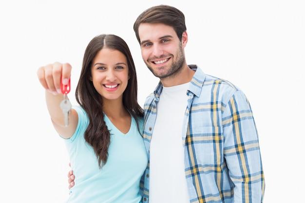 Heureux Jeune Couple Montrant La Nouvelle Clé De La Maison Photo Premium