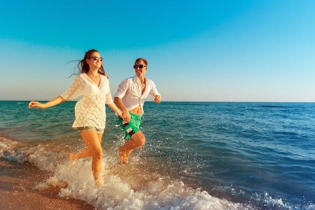 Heureux Jeune Couple Profitant De La Mer Photo Premium