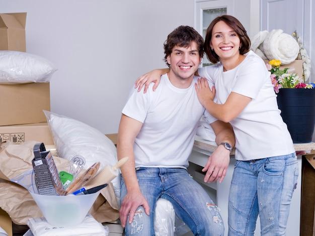 Heureux Jeune Couple Restant Ensemble Après Le Déménagement Photo gratuit