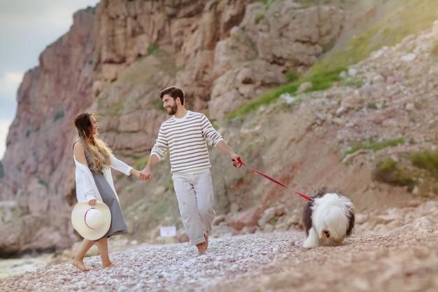Heureux jeune couple s'amuser de la plage en vacances voyage de noces. Photo Premium