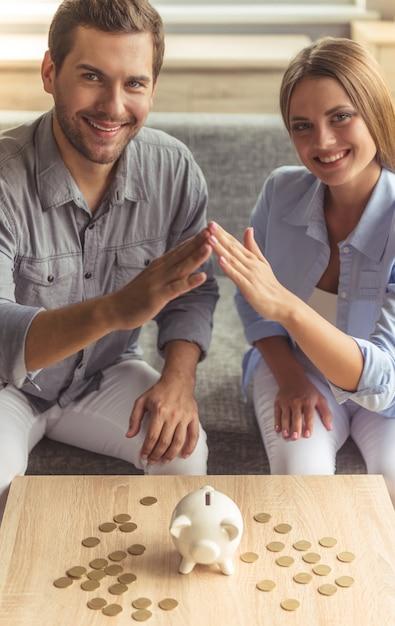Heureux jeune couple se touche les mains Photo Premium