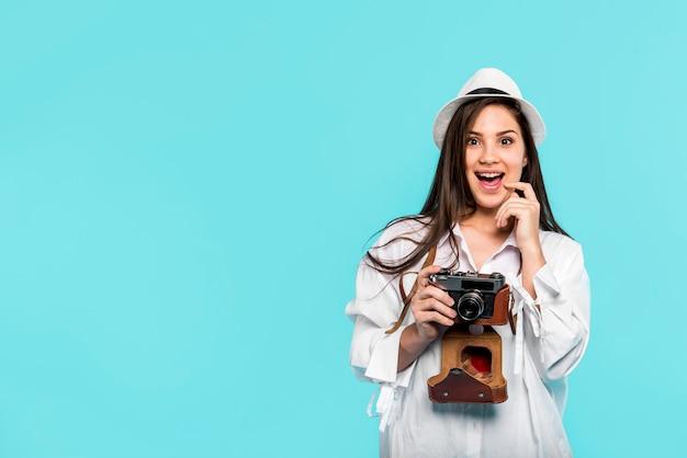 Heureux jeune femme avec caméra Photo gratuit