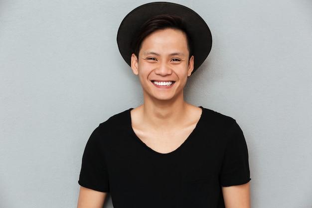 Heureux Jeune Homme Asiatique Debout. Photo gratuit