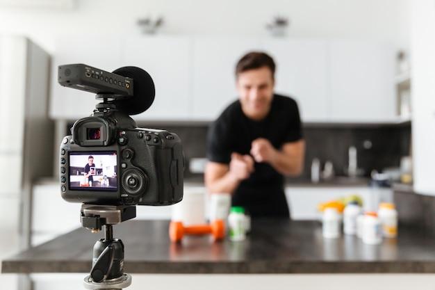 Heureux Jeune Homme Filmant Son épisode De Blog Vidéo Photo gratuit