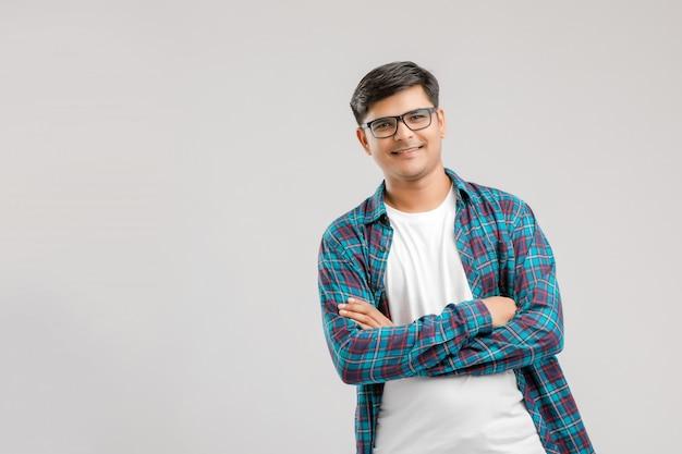 Heureux jeune homme indien sur fond blanc Photo Premium