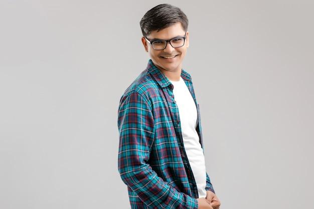 Heureux jeune homme indien Photo Premium