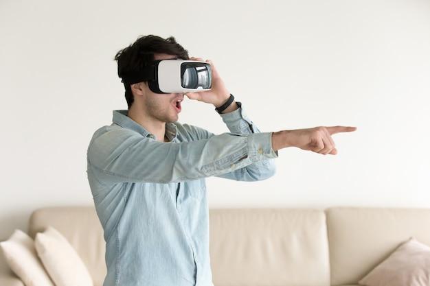 Heureux jeune homme en réalité virtuelle portant vr headse Photo gratuit