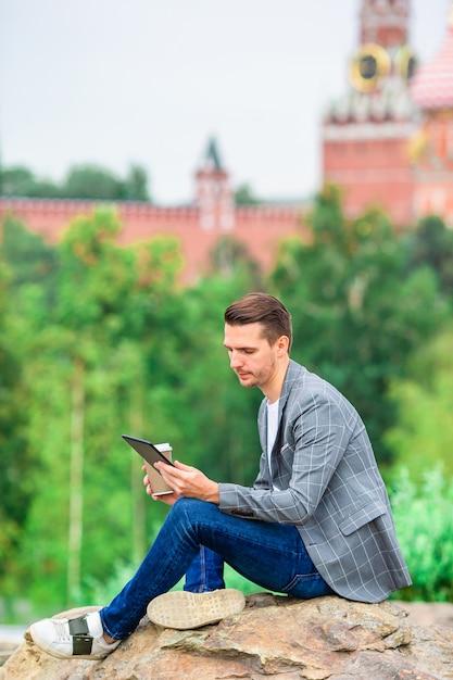 Heureux jeune homme urbain dans une ville européenne. Photo Premium