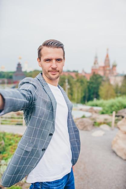Heureux jeune homme urbain profiter de sa pause dans la ville Photo Premium