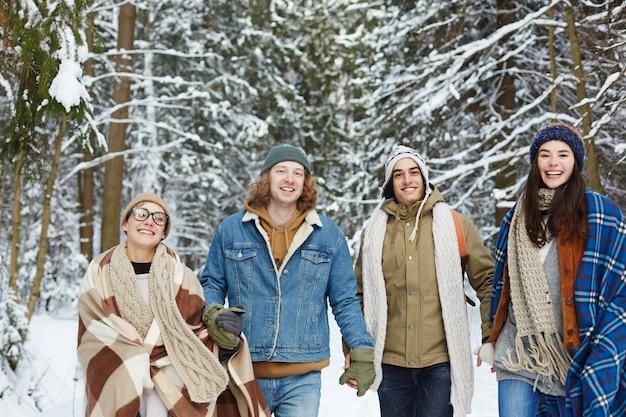 Heureux Jeunes Amis Dans La Forêt D'hiver Photo gratuit