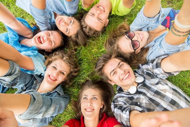 Heureux jeunes amis à la nature Photo Premium