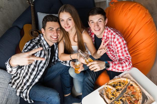 Heureux Les Jeunes Manger De La Pizza, Boire De La Bière, Griller, S'amuser, Fête D'amis à La Maison, Entreprise Hipster Ensemble, Deux Hommes Une Femme, Souriant, Positif, Posant Pour Photo, Photo gratuit