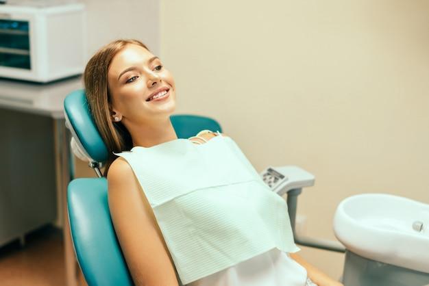 Heureux Jolie Patiente En Cabinet Dentaire. Photo Premium