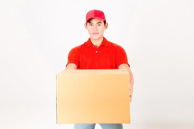 Heureux livreur avec boite. isolé sur fond blanc Photo Premium