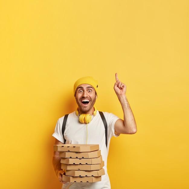 Heureux Livreur Avec Des Boîtes à Pizza Photo gratuit