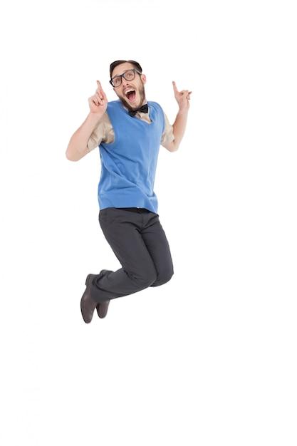 Heureux nerd sautant et pointant Photo Premium