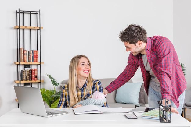 Heureux parents avec bébé au bureau Photo gratuit