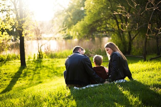 Heureux parents avec enfants dans la nature Photo gratuit