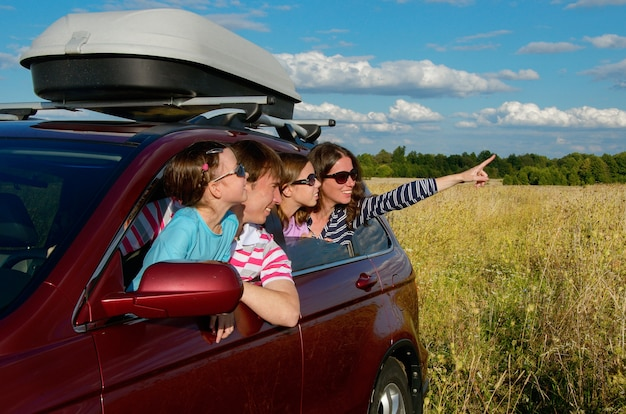 Heureux Parents Voyageant Avec Des Enfants Et S'amusant Photo Premium