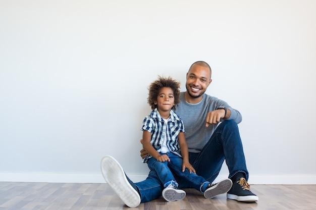 Heureux Père Et Fils Assis Photo Premium