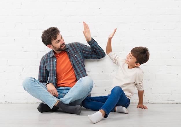 Heureux père et fils cinq ans Photo gratuit