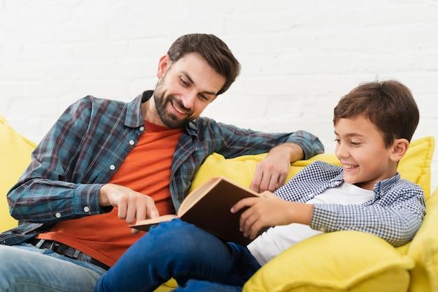Heureux père et fils lisant Photo gratuit