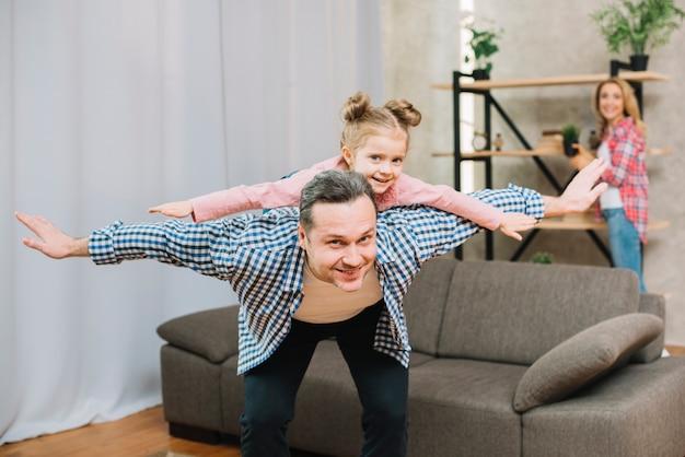 Heureux père greffer une petite fille à bras ouverts Photo gratuit