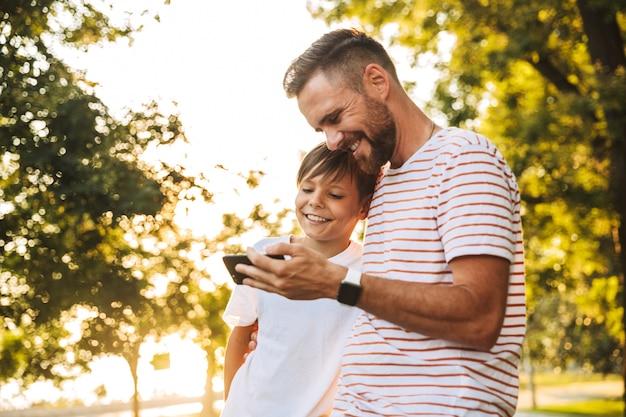 Heureux Père Passer Du Temps Avec Son Petit-fils Au Parc Photo Premium