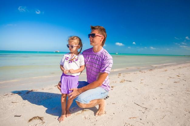 Heureux père et sa petite fille adorable ensemble à la plage Photo Premium