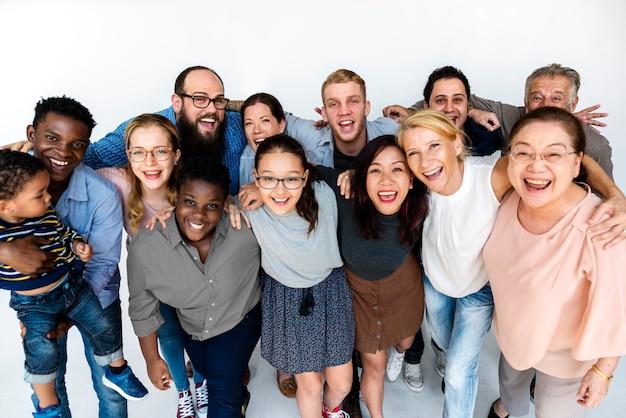 Heureux personnes diverses unies ensemble Photo Premium