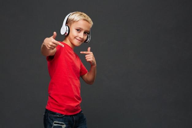 Heureux Petit Garçon Enfant écoutant De La Musique Avec Des écouteurs. Photo gratuit