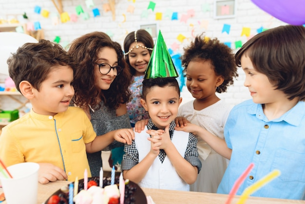 Heureux petits enfants à la fête d'anniversaire. Photo Premium