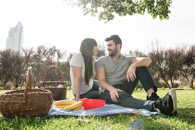 Heureux portrait de jeune couple profitant du pique-nique Photo gratuit