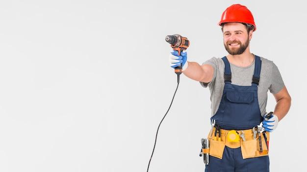 Heureux réparateur en tenue générale dans la main Photo gratuit