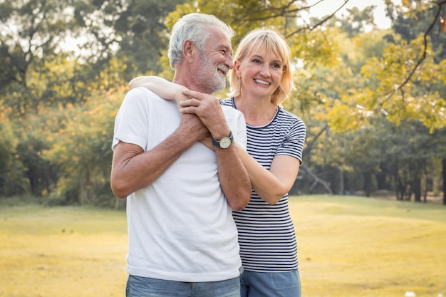 Heureux Sourire De Couple De Personnes âgées Dans Un Parc En Vacances. Photo Premium