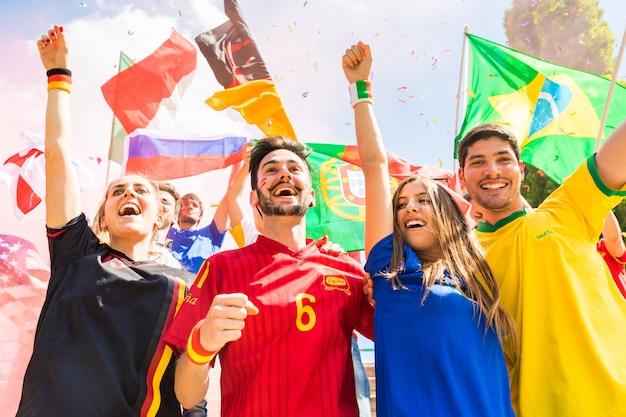 Heureux supporters, supporters de différents pays réunis au stade Photo Premium