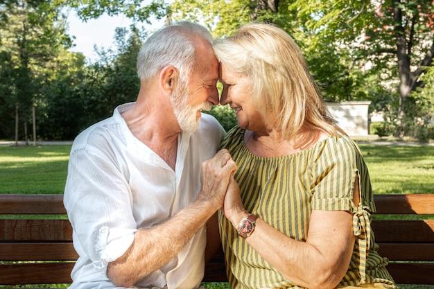 Heureux vieux couple se collent le front Photo gratuit