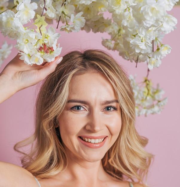 Heureux Visage De Femme Tenant Un Bouquet De Fleurs Blanches Photo gratuit