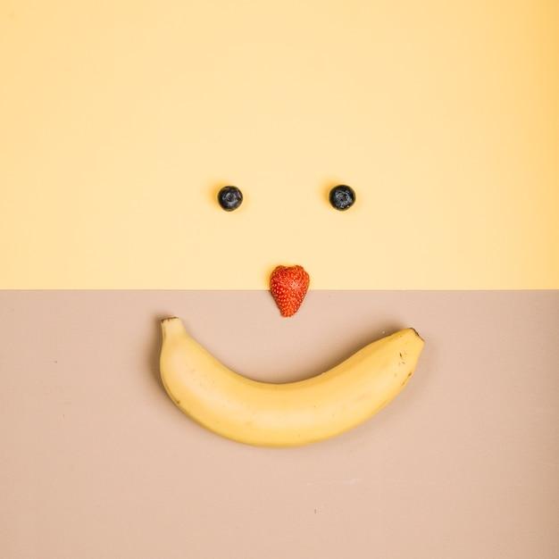 Heureux visage souriant de fruits Photo gratuit