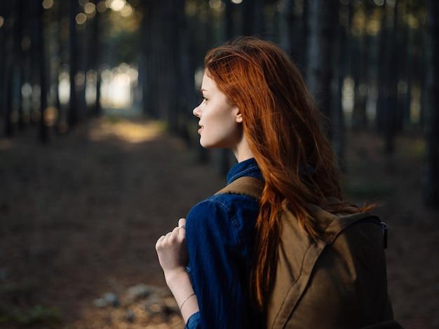 Heureux Voyageur Avec Un Sac à Dos Sur Le Dos Se Repose Dans La Nature Dans Une Forêt De Pins. Photo Premium