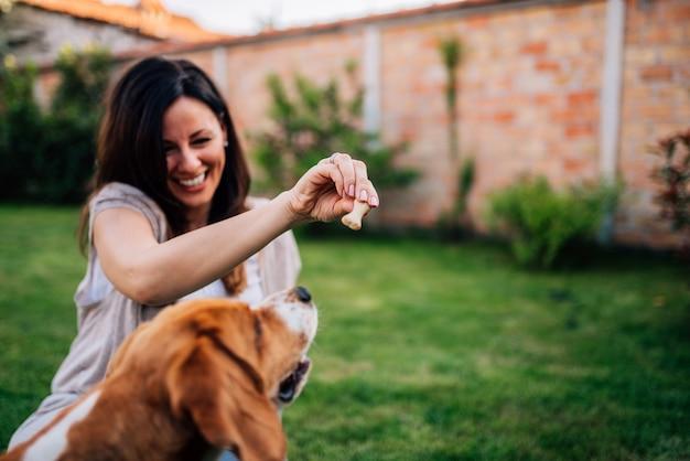 Hey beagle, tu veux manger? Photo Premium