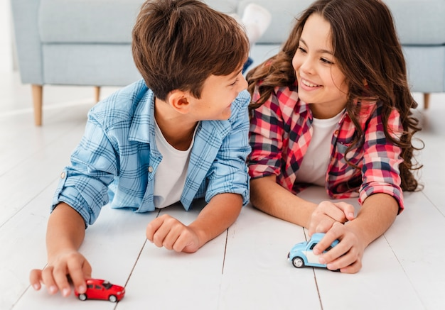 High angle jeunes frères et sœurs jouant ensemble Photo gratuit