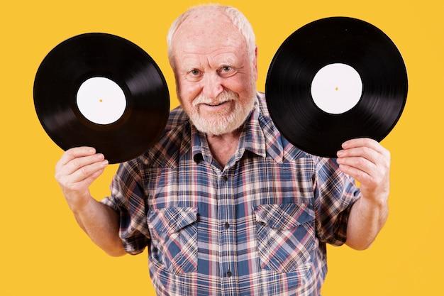 High angle senior avec deux disques Photo gratuit