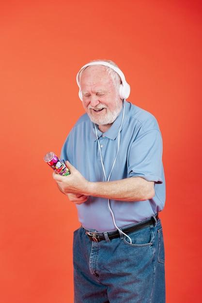 High angle senior se préparant à faire éclater des confettis Photo gratuit