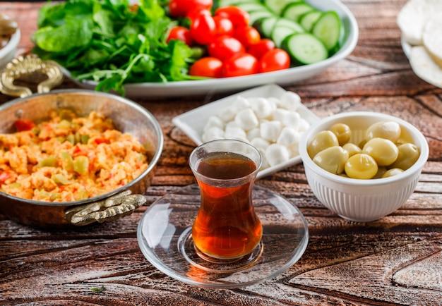High Angle View Délicieux Repas Dans L'assiette Avec Une Tasse De Thé, Salade, Cornichons Sur La Surface En Bois Photo gratuit